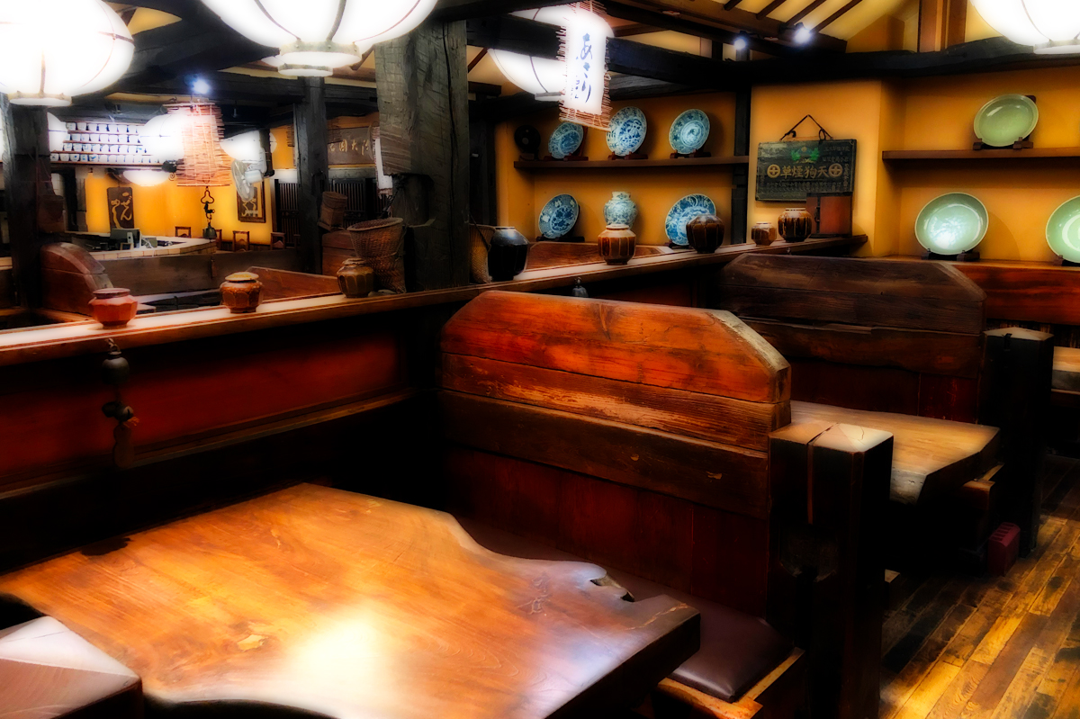 テーブルを磨いて綺麗になった店内(渋谷店)